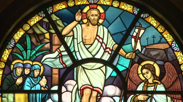 stockvideo's en b-roll-footage met an arched, stained glass window depicts jesus floating above a group of followers and an angel. available in hd. - apostel