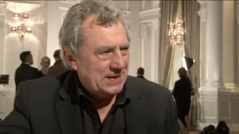 vídeos de stock, filmes e b-roll de an archived pa clip from 2014, where terry jones talks about a one-off monty python reunion and discusses politics of the day. he jokes government... - monty python