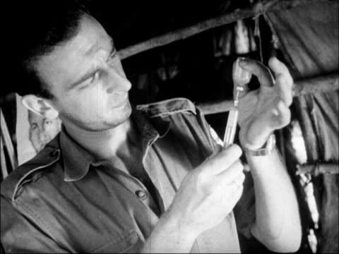 vidéos et rushes de an argentinian doctor vaccinates a poor cuban man - professional occupation