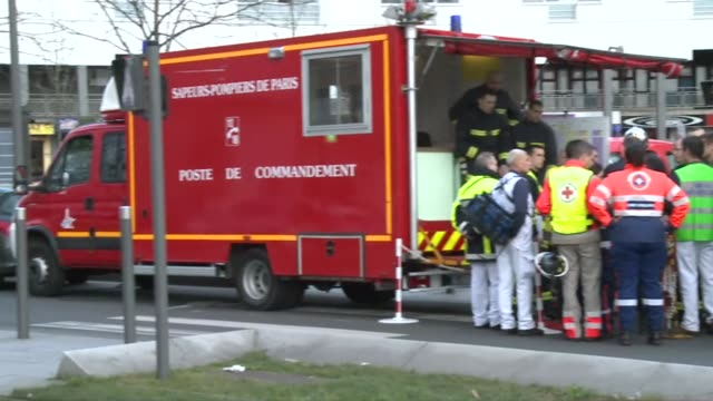 an armed man was holed up in a post office outside paris on friday with two hostages police said though there is no known link with last weeks... - kettenglied stock-videos und b-roll-filmmaterial