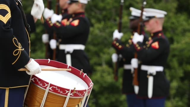 vídeos de stock e filmes b-roll de an army drummer plays a marching rhythm as soldiers airmen marines and sailors prepare for the arrival of australian prime minister malcolm turnbull... - cemitério nacional de arlington