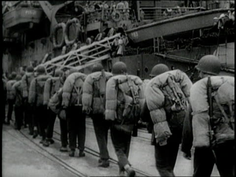 stockvideo's en b-roll-footage met an army of us soldiers boards a ship to ship out overseas during 1940 - geallieerde mogendheden