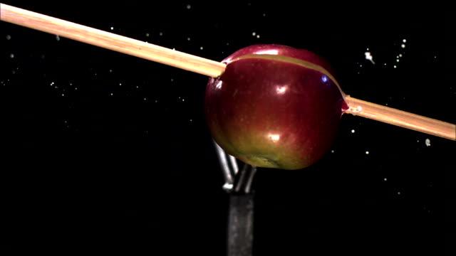 stockvideo's en b-roll-footage met an arrow pierces an apple. - richten