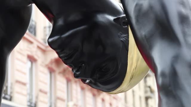 "vidéos et rushes de an artwork by u.s. sculptor and artist carole a. feuerman is exhibited on avenue georges v during the gv monumental exhibition. sculptor ""golden... - nombre d'or"