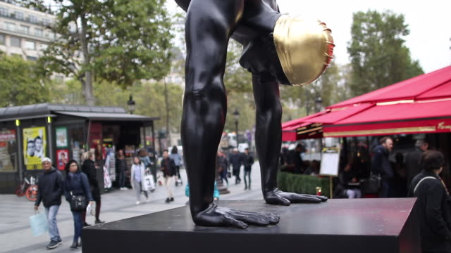 "vídeos de stock e filmes b-roll de an artwork by u.s. sculptor and artist carole a. feuerman is exhibited on avenue georges v during the gv monumental exhibition. sculptor ""golden... - proporção áurea"