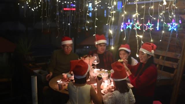 vidéos et rushes de un dîner de fête de noel chinois asiatique de célébration de noel à la cour avant de leur maison avec la lumière de bougie de table settingprecious moments de famille pendant le dîner de thanksgiving - malaysian culture