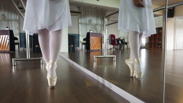 en asiatisk kinesisk kvinnlig balett dansare öva i dans studio - nederdel bildbanksvideor och videomaterial från bakom kulisserna