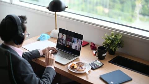 vídeos y material grabado en eventos de stock de un asiático chino medio adulto hombre de negocios escribiendo y respondiendo correo electrónico a su cliente en la oficina usando portátil - resistencia