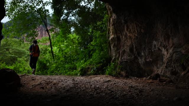 アジアの中国の中年の女性旅行ハイキング イポーペラクマレーシア洞窟の森をバックパックで - exploration点の映像素材/bロール