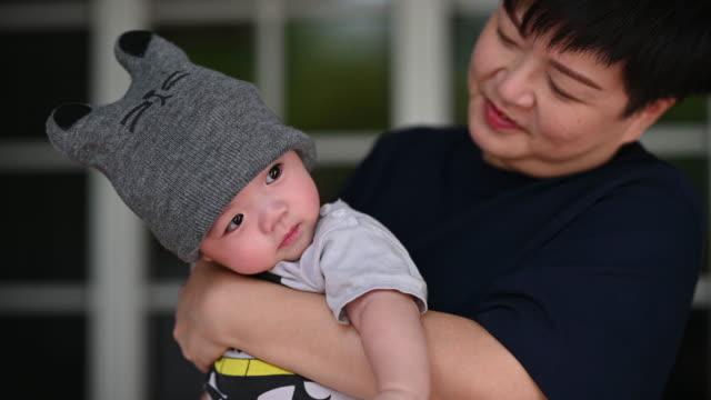 stockvideo's en b-roll-footage met een aziatische chinese moeder die met haar babyjongen openlucht tijdens weekend samen speelt - 45 49 jaar