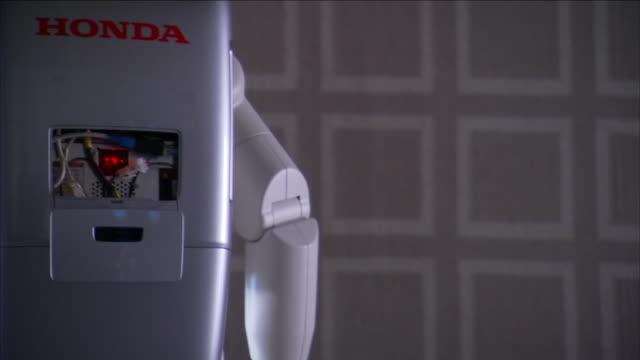 an asimo robot turns around. - ホンダ点の映像素材/bロール