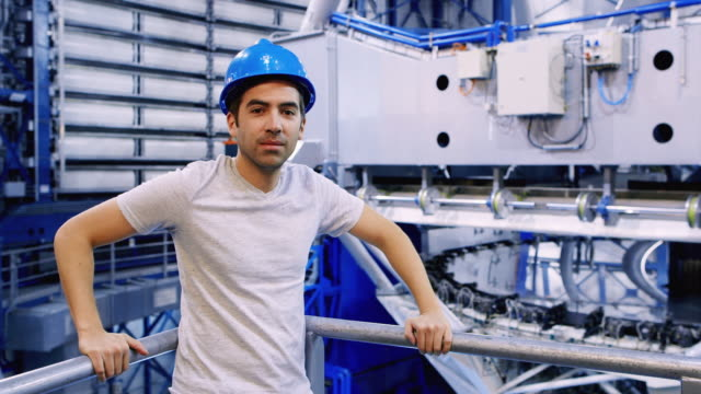 ms an astronomer stands in front of one of the vlt telescopes at paranal observatory / chile - weltraumforschung stock-videos und b-roll-filmmaterial