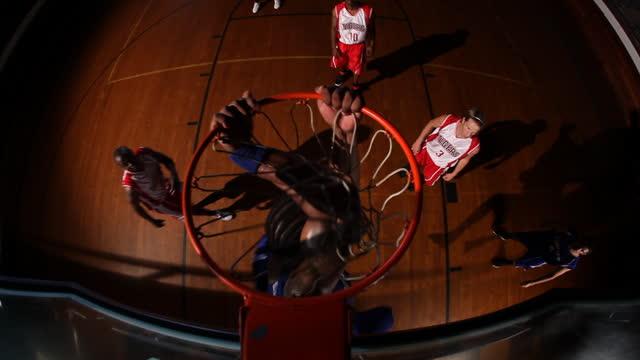 vídeos y material grabado en eventos de stock de an athlete lays the basketball up for his teammate to slam dunk. - mate técnica de vídeo