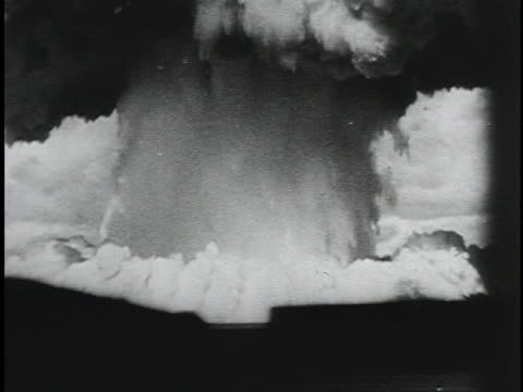 vídeos de stock e filmes b-roll de an atomic bomb explodes and creates a huge mushroom cloud. - arma nuclear