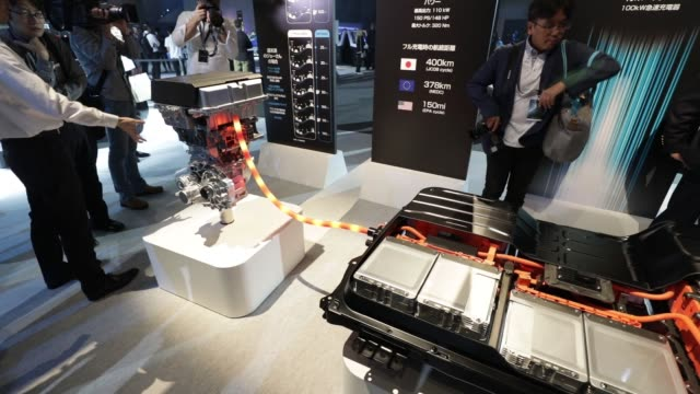 vídeos de stock, filmes e b-roll de an attendee tries out the epedal technology for nissan motor co's new leaf electric vehicle at the unveiling in chiba japan on wednesday sept 6 2017... - veículo com combustível alternativo