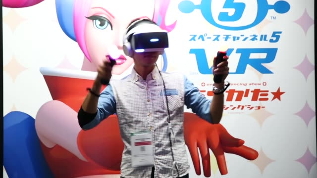 an attendee wearing a playstation vr headset plays a video game in the sony interactive entertainment booth during the tokyo game show 2018 on... - quizsendung stock-videos und b-roll-filmmaterial