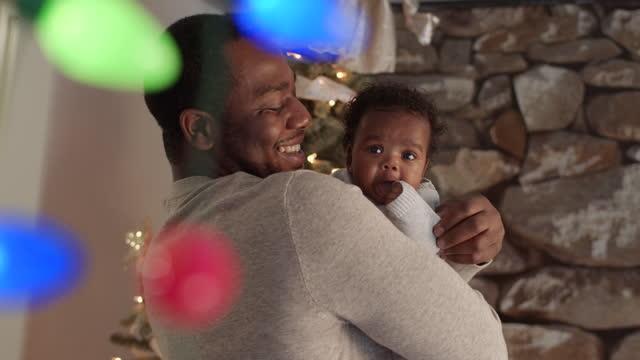 vídeos y material grabado en eventos de stock de un padre atractivo celebrando la navidad con su hija recién nacida - genderblend