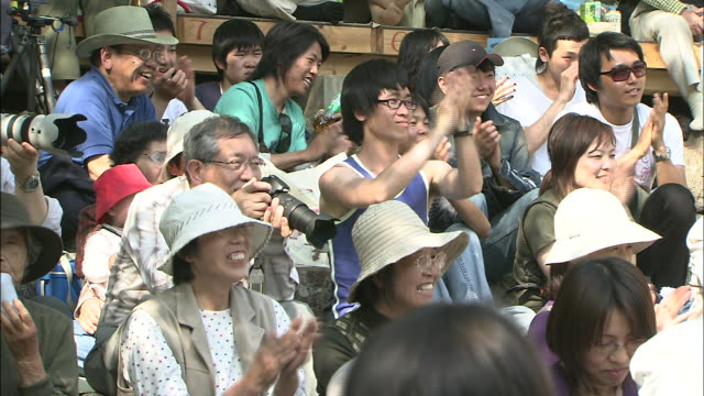 an audience claps enthusiastically. - large group of people点の映像素材/bロール