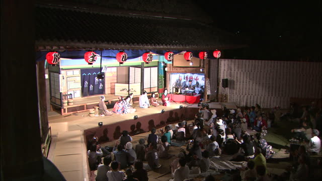 an audience watches kabuki on a stage. - 演劇点の映像素材/bロール