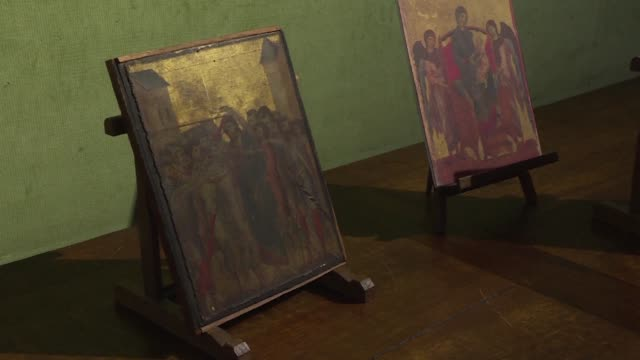 an early renaissance masterpiece by the florentine master cimabue has been discovered in an elderly lady's kitchen in a town near paris art experts... - asta oggetto creato dall'uomo video stock e b–roll