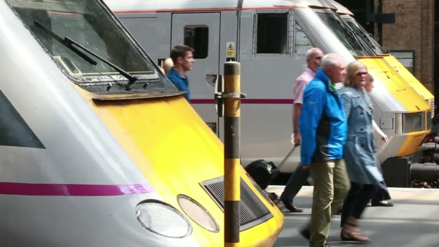 stockvideo's en b-roll-footage met an east coast mainline passenger train arrives at kings cross train station operated by network rail ltd in london uk on wednesday july 9 various... - station london king's cross