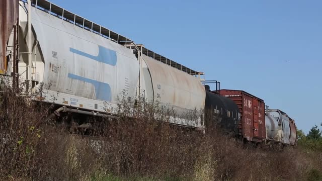 an eastbound norfolk southern railway corp mixed freight train passes a westbound auto rack train loaded with toyota vehicles in the siding at waddy,... - 貨物列車点の映像素材/bロール