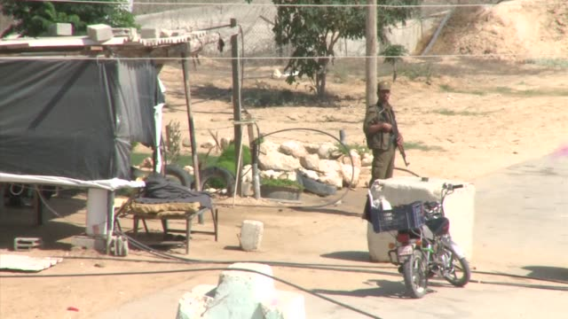 an egyptian soldier was killed early friday in attacks by islamist militants on army checkpoints and a police base in the the border town of rafah in... - sinai egitto video stock e b–roll