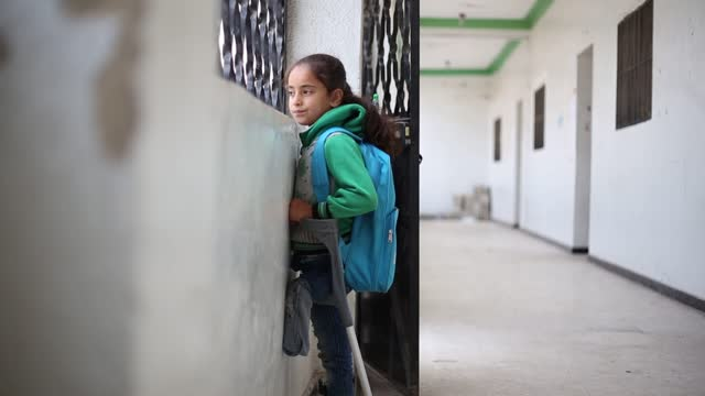 vídeos de stock e filmes b-roll de an eight-year-old syrian girl who lost her leg is hoping to get treatment in turkey and be able to walk again. fatma nasuh lost her leg when she was... - irmão