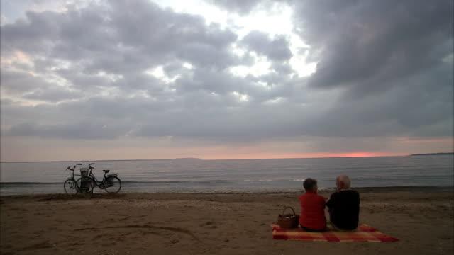 vídeos y material grabado en eventos de stock de an elderly couple having a picnic by the sea sweden. - cesta de picnic