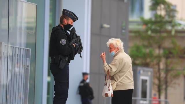 an elderly lady talks with a policewoman holding a gun before a demonstration called by the two main magistrates unions, the union syndicale de la... - reform stock-videos und b-roll-filmmaterial