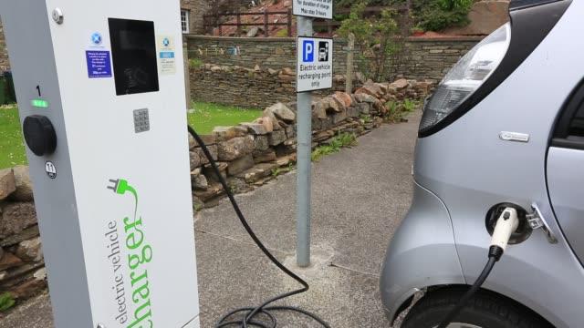 vídeos de stock, filmes e b-roll de an electric vehicle recharging point in stromness orkney scotland uk - posto de carregamento de veículos elétricos