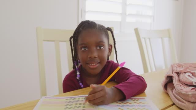 vídeos de stock, filmes e b-roll de um estudante do ensino fundamental trabalhando em casa - 6 7 anos