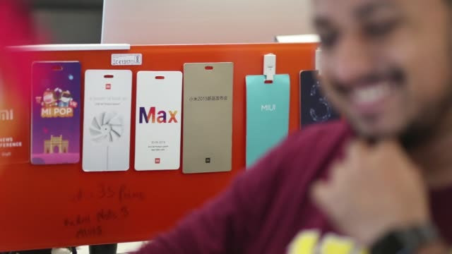 vídeos de stock e filmes b-roll de an employee center assists visitors as they try out a samsung electronics co galaxy s8 smartphones at one of the company's promotional booths in... - retina