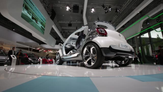 an employee demonstrates how to charge a mercedesbenz b class electric automobile produced by daimler ag at the 65th frankfurt international motor... - handelsmesse stock-videos und b-roll-filmmaterial