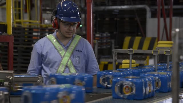 an employee inspects beer cans coming from the production line at ambev beer plant on july 17th lages santa catarina's state brazil shots beer cans... - südbrasilien stock-videos und b-roll-filmmaterial