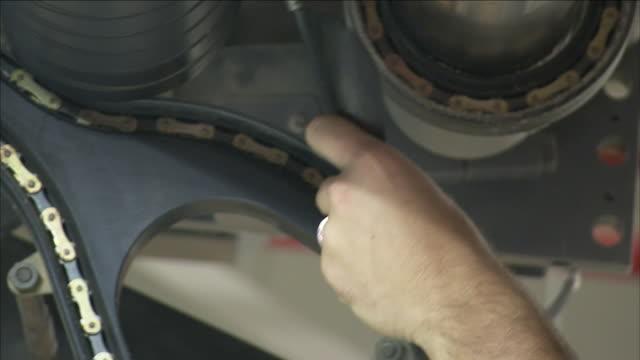 vídeos y material grabado en eventos de stock de an employee performs maintenance on a printing press. - gorra de béisbol