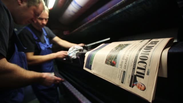 vídeos de stock, filmes e b-roll de an employee removes an offset lithographic printing plate for the front page of vedomosti a daily business newspaper owned by the financial times the... - stationary process plate