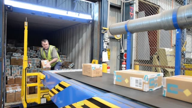 vídeos y material grabado en eventos de stock de an employee unloads boxes of merchandise onto a conveyor belt at the myer holdings ltd. distribution center in melbourne, australia, on tuesday,... - heavy goods vehicle