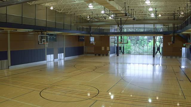 vídeos de stock e filmes b-roll de an empty basketball court during daytime - quadra desportiva