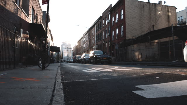 vídeos de stock, filmes e b-roll de an empty brooklyn side street at sunrise - brooklyn new york