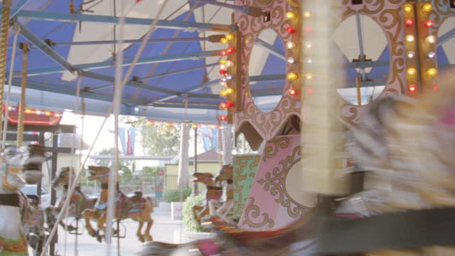 an empty carousel spins in a circle. - 回転遊具点の映像素材/bロール