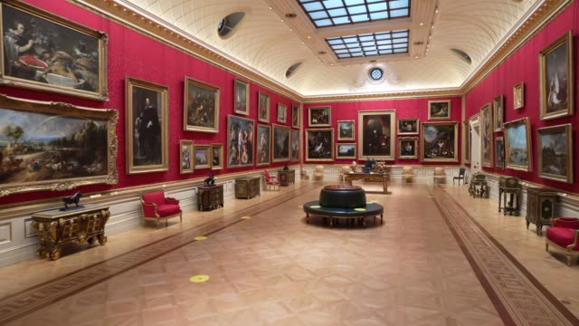 vídeos y material grabado en eventos de stock de an empty gallery with social distancing signage as the first visitors through the door explore the galleries of the wallace art collection on july... - museo de arte