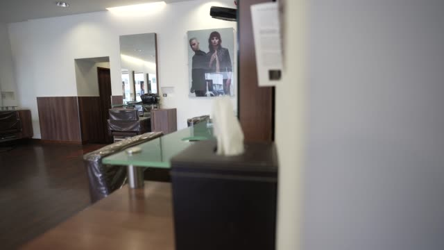 an empty hob hair salons in finchley north london on june 17, 2020 the british government have relaxed coronavirus lockdown laws significantly from... - spa stock videos & royalty-free footage