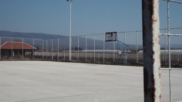 vídeos de stock e filmes b-roll de an empty playground, school backyard - stock video - quadra desportiva