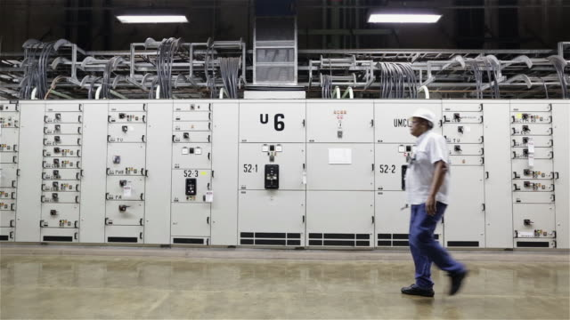 "stockvideo's en b-roll-footage met ""ws an engineer walks past control units in itaipu binacional dam / foz do iguacu, brazil"" - waterkracht"