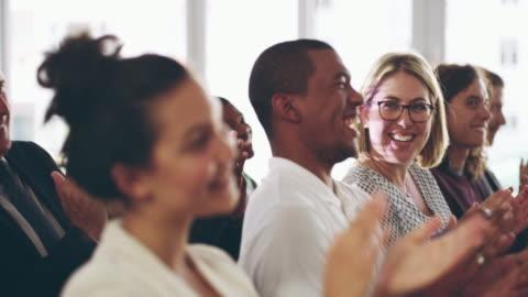 underhöll publik är en lyhörd publik - applådera bildbanksvideor och videomaterial från bakom kulisserna