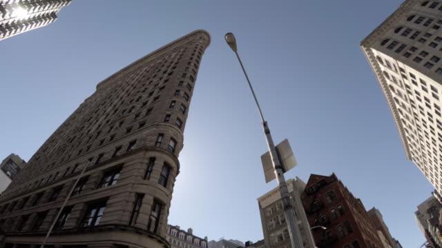 an establishing shot of new york city's flatiron building at rush hour - 4k - fischaugen objektiv stock-videos und b-roll-filmmaterial