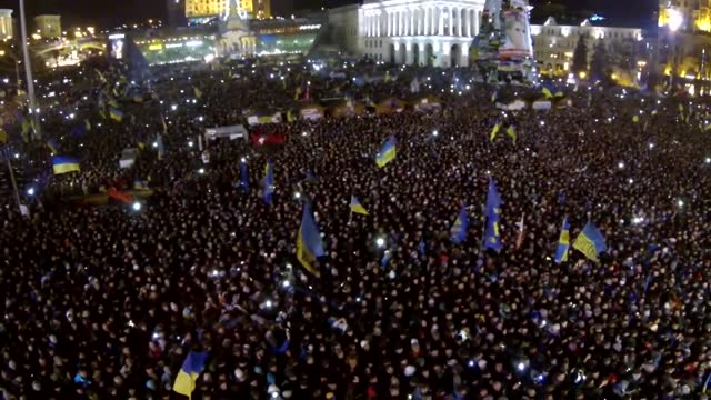 vídeos de stock e filmes b-roll de an estimated 200,000 people turned out in kiev on saturday, december 14, for a pro-european union protest. this aerial view of the scene, taken with... - ucrânia