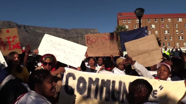 an estimated crowd of about 500 people marched from cape town's keizergracht street to the provincial department of human settlements on wednesday 4... - fordern stock-videos und b-roll-filmmaterial