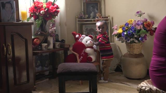 vídeos de stock e filmes b-roll de an ethiopian family celebrate their orthodox christmas in addis ababa - corno de áfrica